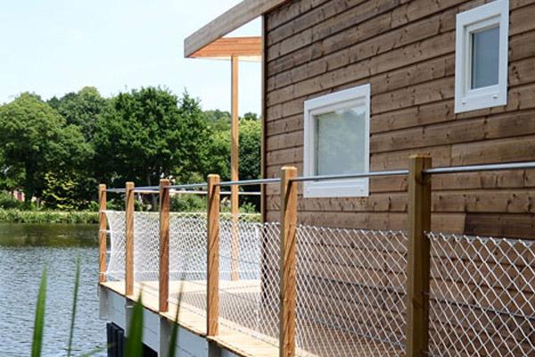 Maison flottante en bois